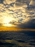 太阳介于中间的云彩 库存照片