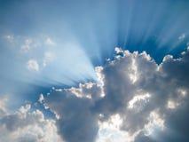 太阳从后面云彩是光亮的 免版税库存图片