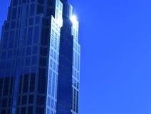 太阳从大厦的后面 免版税库存照片