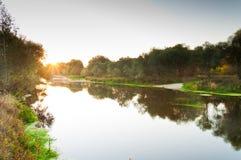太阳黎明在河的夏天 免版税库存图片
