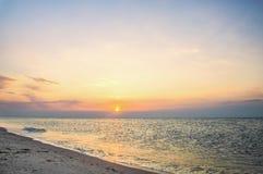 太阳黎明在海边 免版税库存照片