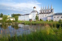 太阳9月早晨在Tikhvin Uspensky修道院里 列宁格勒地区,俄罗斯 库存照片
