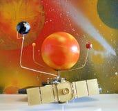 太阳系仪机器手工制造由我的丈夫 库存图片