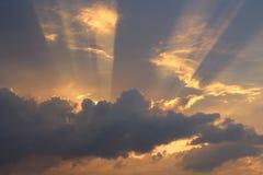 太阳` s发出光线打破在天空的云彩 免版税库存图片