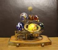 太阳系仪Steampunk有8行星&太阳的艺术时钟 库存图片
