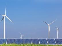 太阳photovoltaics盘区和发电的风轮机 免版税库存图片