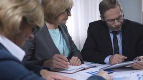 夫人上司谈话与助理在会议期间,销售报告讨论 股票录像