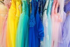 夫人不同的颜色晚礼服在商店 免版税图库摄影