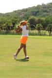 夫人前高尔夫球运动员Carly摊强有力的驱动射击了11月20日 免版税图库摄影
