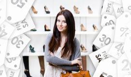 夫人半身画象在购物中心 用在白色背景的戴西装饰的季节性sale.green标签 库存图片