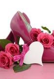 夫人变粉红色高跟鞋短剑鞋子和玫瑰 库存图片
