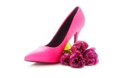 夫人变粉红色高跟鞋鞋子和郁金香在白色,概念女性, 免版税库存照片