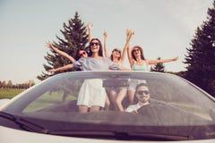 夫人和人司机,别致女朋友冒险变冷, lau 免版税库存图片
