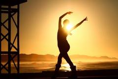 夫人在日出的跳舞剪影 免版税库存图片