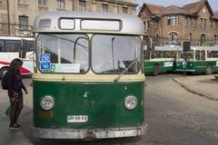 夫人在瓦尔帕莱索,智利送进老无轨电车 免版税库存图片
