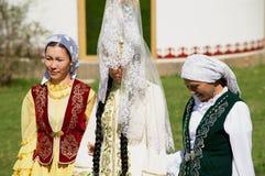 夫人在阿尔玛蒂,哈萨克斯坦穿传统哈萨克人婚礼礼服 库存图片