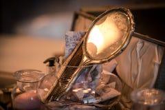 夫人在经典设置的梳妆镜 免版税库存照片