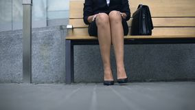 夫人坐长凳,等客户,疲倦了于站立在高跟鞋 股票视频