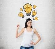 夫人指出拉长的黄灯电灯泡 新的想法和创造性的概念 具体背景 库存图片