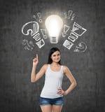 夫人指出电灯泡和拉长的问题,惊叹号 背景具体黑暗 免版税库存图片