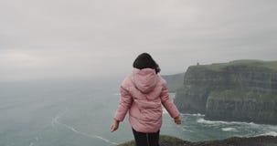 夫人敬佩她在峭壁上面到达的地方,她启发了新鲜空气和感到伟大,惊奇 股票视频