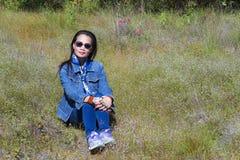 夫人旅行放松室外 图库摄影