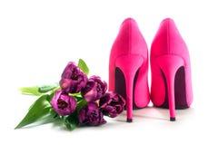 夫人桃红色在白色隔绝的高跟鞋鞋子和郁金香, lo的 免版税库存照片