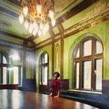 夫人浅黑肤色的男人画象老城堡的富有的内部的 图库摄影