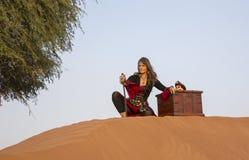 夫人海盗在沙漠 免版税库存照片