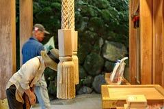 夫人由美好的头脑在Kibune-jinja寺庙, J的尊敬信仰 库存照片