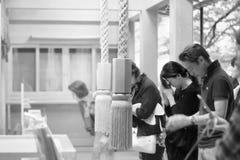 夫人由美好的头脑的尊敬信仰在Kibune-jinja寺庙 库存图片