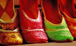 夫人的明亮的阿拉伯鞋子 图库摄影