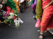 夫人穿的传统礼服欢迎印度新年 免版税库存照片