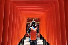 夫人红色archs的` s背包徒步旅行者在Ikuta爱plac的寺庙上帝 免版税图库摄影