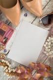 夫人背景-鞋子、唇膏、指甲油、耳环和白色木背景 免版税图库摄影