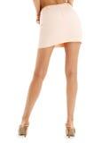 夫人腿和后面桃红色裙子的 免版税库存照片