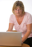 夫人膝上型计算机前辈使用 免版税库存图片