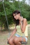 夫人获得在摇摆的乐趣在公园 图库摄影
