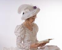 夫人读取年轻人 免版税库存图片