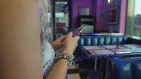夫人键入的消息,做预留在咖啡馆的桌,使用流动应用 股票视频