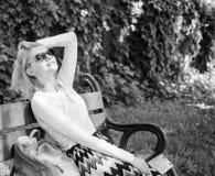 夫人需要放松并且假期 E 梦想假期 妇女金发碧眼的女人 免版税图库摄影