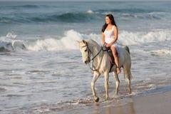 夫人骑乘马海滩 免版税库存照片