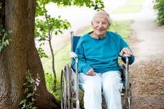 夫人高级微笑的轮椅 免版税库存照片