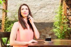 夫人说在电话里外面在大阳台 库存照片