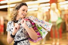 夫人购物中心购物 免版税图库摄影