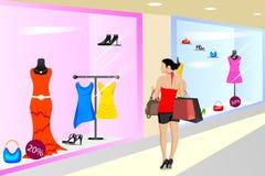 夫人购物在商店 免版税库存图片