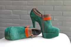 夫人绿色绒面革鞋子 图库摄影