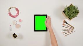夫人` s在绿色触摸屏幕的手指卷动 股票视频