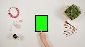 夫人` s在绿色触摸屏幕的手指卷动 影视素材
