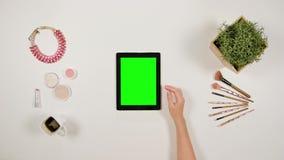 夫人` s在绿色触摸屏幕的手指卷动 股票录像